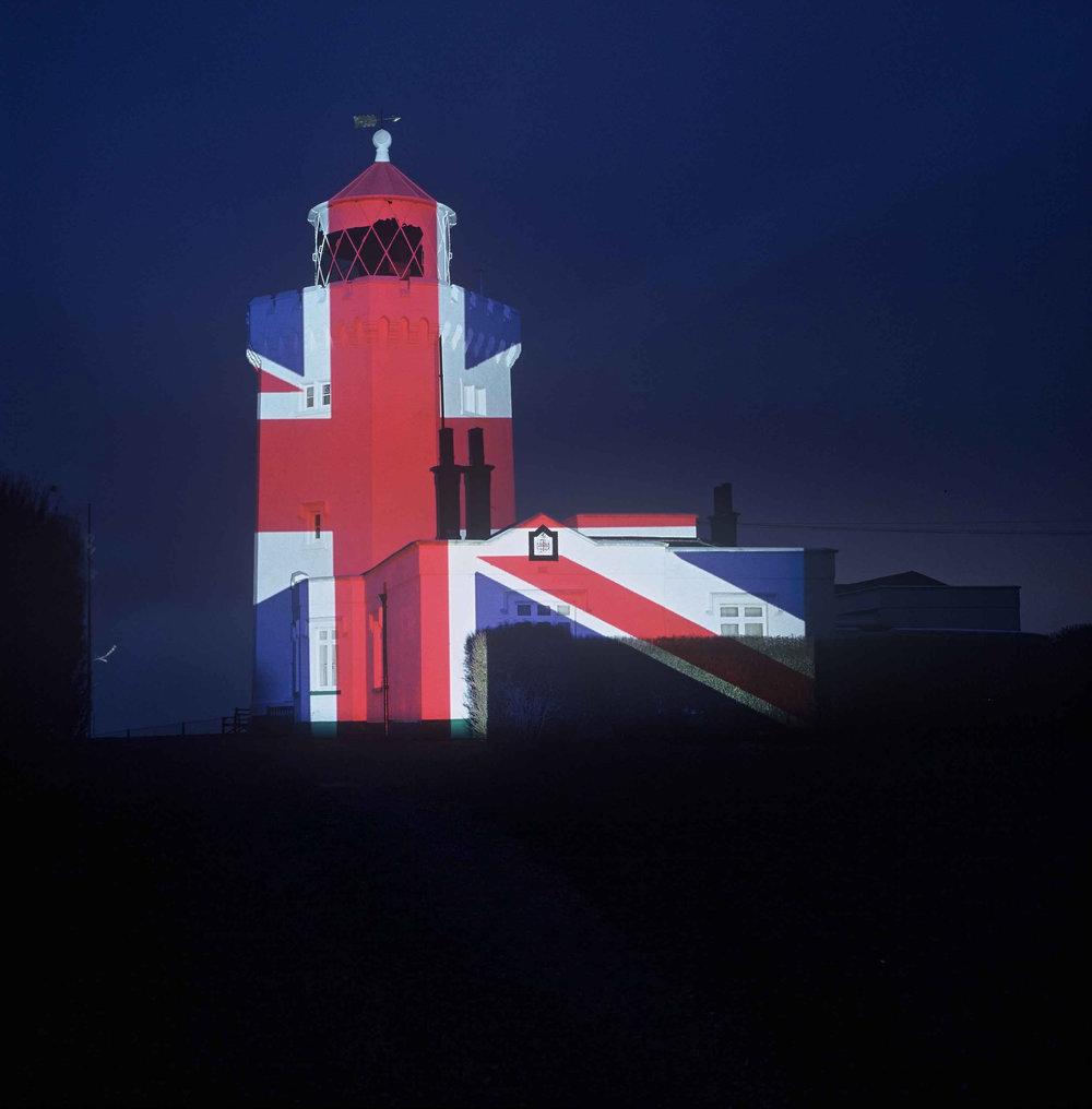 Nr-11.Dover-Leuchtturm-UK-Flagge-im-Dunkel.jpg