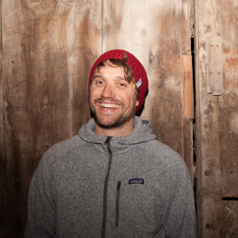 Simon Charrière   Skieur et artiste suisse, Simon aime parcourir le monde à la recherche de nouvelles montagnes et de nouvelles inspirations. Plusieurs voyages au Japon, en Norvège, en Géorgie en Amérique du sud pour le ski et plusieurs expositions d'art en Europe. Sensible à la cause environnementale depuis toujours, il soutient POW avec enthousiasme.   Website   Instagram