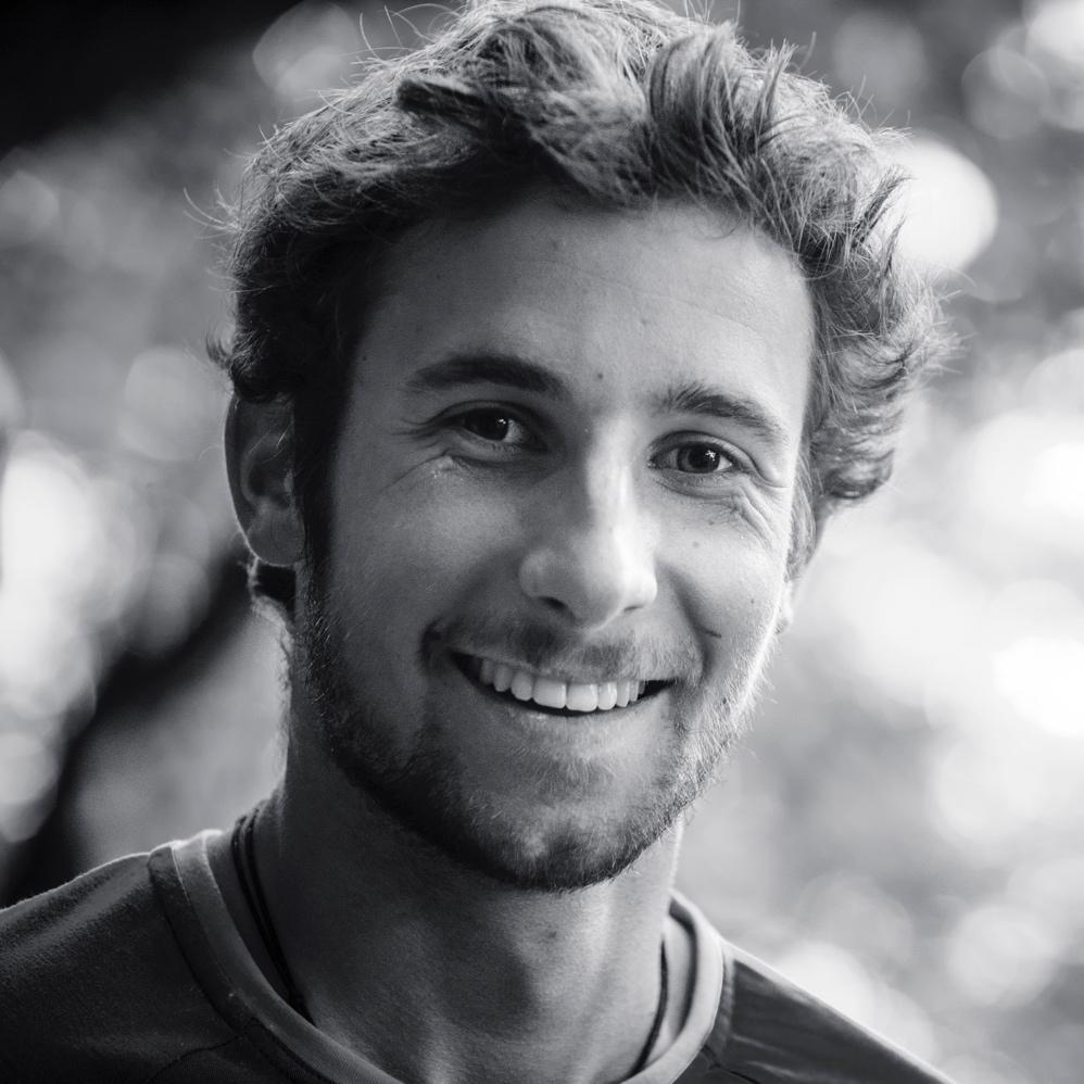 Nicolas Hojac   Nicolas ist als Alpinist ein Exot in der Riders Alliance. Ob Fels, Eis oder Schnee, er ist in jedem Terrain und in jeder Jahreszeit unterwegs. Neben dem professionellen Bergsteigen studiert er an der Berner Fachhochschule Maschinentechnik. Der 25-Jährige lebt in der Region Bern, wo er auch aufgewachsen ist. Neben dem Bergsteigen entdeckt er die Bergwelt gerne mit seinem Gleitschirm. Durch das Eisklettern und Bergsteigen bekommt Nicolas die direkten Folgen des Klimawandels zu sehen und zu spüren. Die Wertschätzung unserer Bergwelt liegt ihm sehr am Herzen und er setzt sich daher auch dafür ein.   Instagram   Website