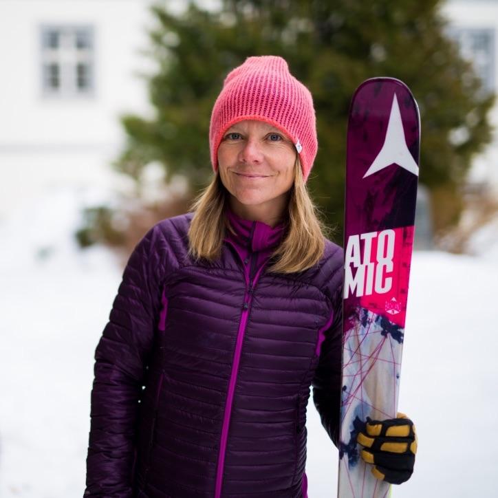 Caroline Ware George   Caroline ist im Herzen der Alpen mit einer starken Verbundenheit zur Natur aufgewachsen. Sie hat die letzten 20 Jahre hauptsächlich in den Bergen verbracht - mit ihren Kunden oder auf ihren eigenen Touren. So konnte sie den exponentiellen Rückzug und das Austrocknen der Gletscher in der Höhe sowie das Abschmelzen des Permafrostes beobachten. Und miterleben, wie klassische Routen unbegehbar werden. Caroline möchte das, was sie durch ihre Reisen und ihre Arbeit gelernt hat, weitergeben und die Menschen sensibilisieren. In der Hoffnung, dass zukünftige Generationen die notwendigen Werte achten, um einen Wandel einzuleiten.   Instagram