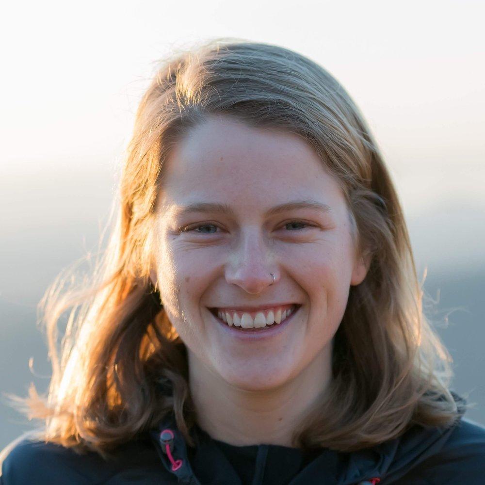 Katie Schide   Katie zog 2016 nach Zürich, um an der ETH in Geologie zu promovieren. Unter der Woche studiert sie Erosion und Erdrutsch im Himalaya und am Wochenende spielt sie in den Alpen. Sie liebt es, dass sie als Geowissenschaftlerin die Geschichten hinter ihren Lieblingslandschaften verstehen kann und fühlt sich verpflichtet, sie für die Zukunft zu schützen. Katie nimmt international als Mountain-, Trail und Ultraläuferin an Wettkämpfen teil und geniesst auch Radfahren, Skitouren, Langlauf, Backen und Kaffee.   Instagram