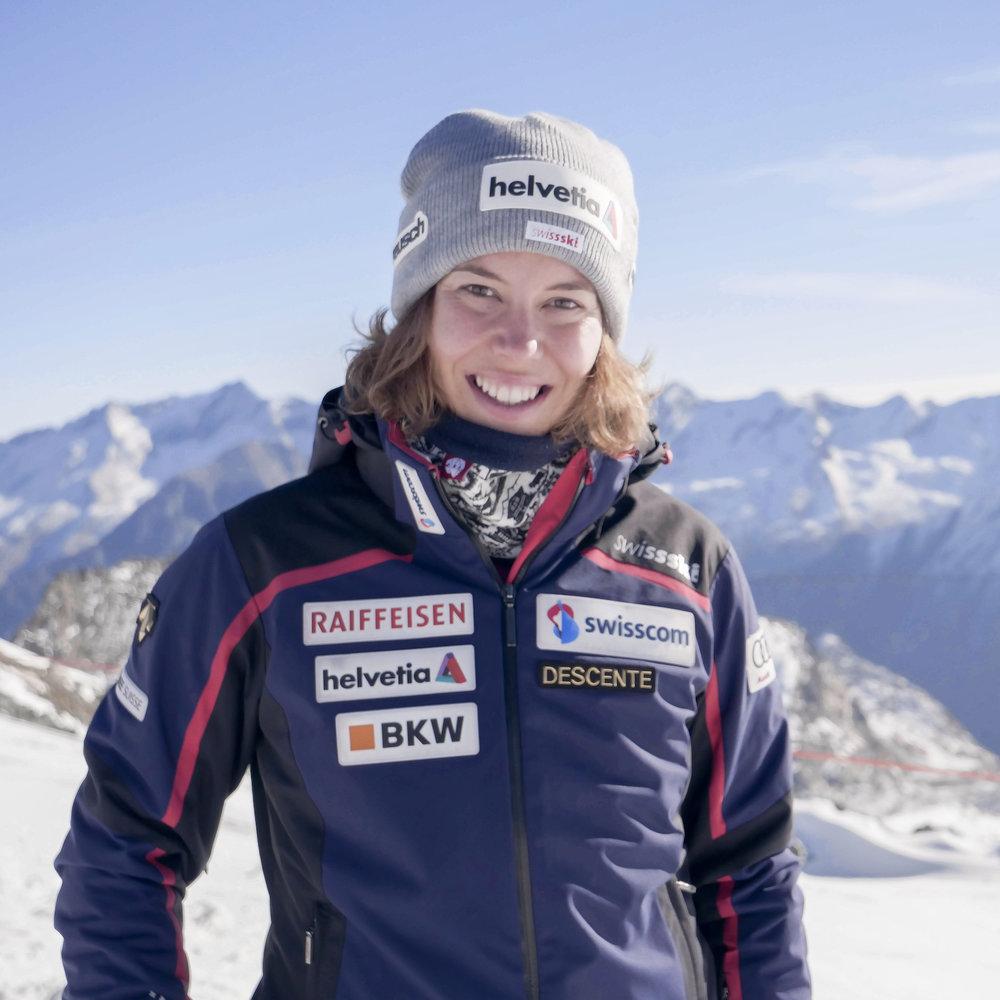 Michelle Gisin   Ayant grandi à Engelberg, Michelle a développé très tôt sa passion pour le ski. Elle avait un an lorsque ses frères et sœurs l'ont mise sur des skis pour la première fois. A la Coupe du monde FIS, elle s'est établie rapidement en tête des classements en slalom. Lors des Championnats du monde de St. Moritz en 2017, elle a remporté la médaille d'argent en combiné alpin. Aux Jeux Olympiques en Corée du Sud en 2018, elle a été sacrée championne olympique en combiné alpin. Michelle constate le déclin rapide des glaciers, surtout lors des entraînements d'été, raison pour laquelle elle s'engage comme ambassadrice pour sensibiliser la société à l'importance de la protection du climat.   Instagram   Website
