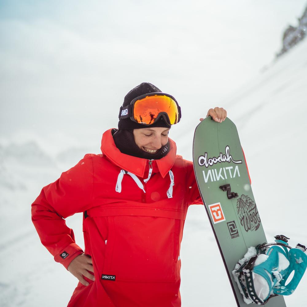 Elena Koenz   Elena est montée sur un snowboard pour la première fois à l'âge de 12 ans. En 2012, elle termine ses études d'arts à l'école d'art et du design F+F à Zurich. Elle faisait partie de l'équipe suisse aux jeux olympiques d'hiver à Sotchi en 2014. Au championnat du monde de snowboard en 2015, elle a gagné la médaille d'or au Big Air et a été élue sportive grisonne de l'année. Engagée activement, Elena cherche au mieux à minimiser l'impact de ses voyages et à se comporter de manière responsable dans sa vie quotidienne.   Website   Instagram