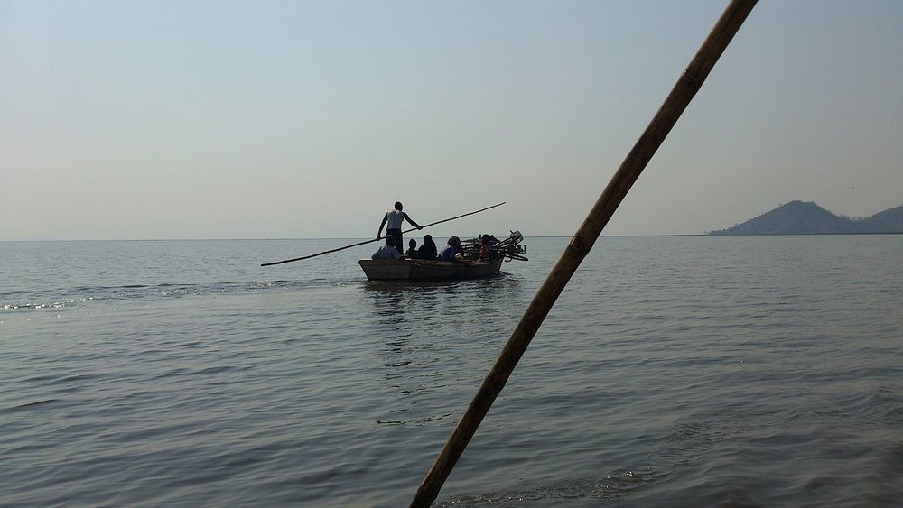 Malawian punter ferries passengers across the shallow Lake Chilwa |  WIKIMEDIA COMMONS