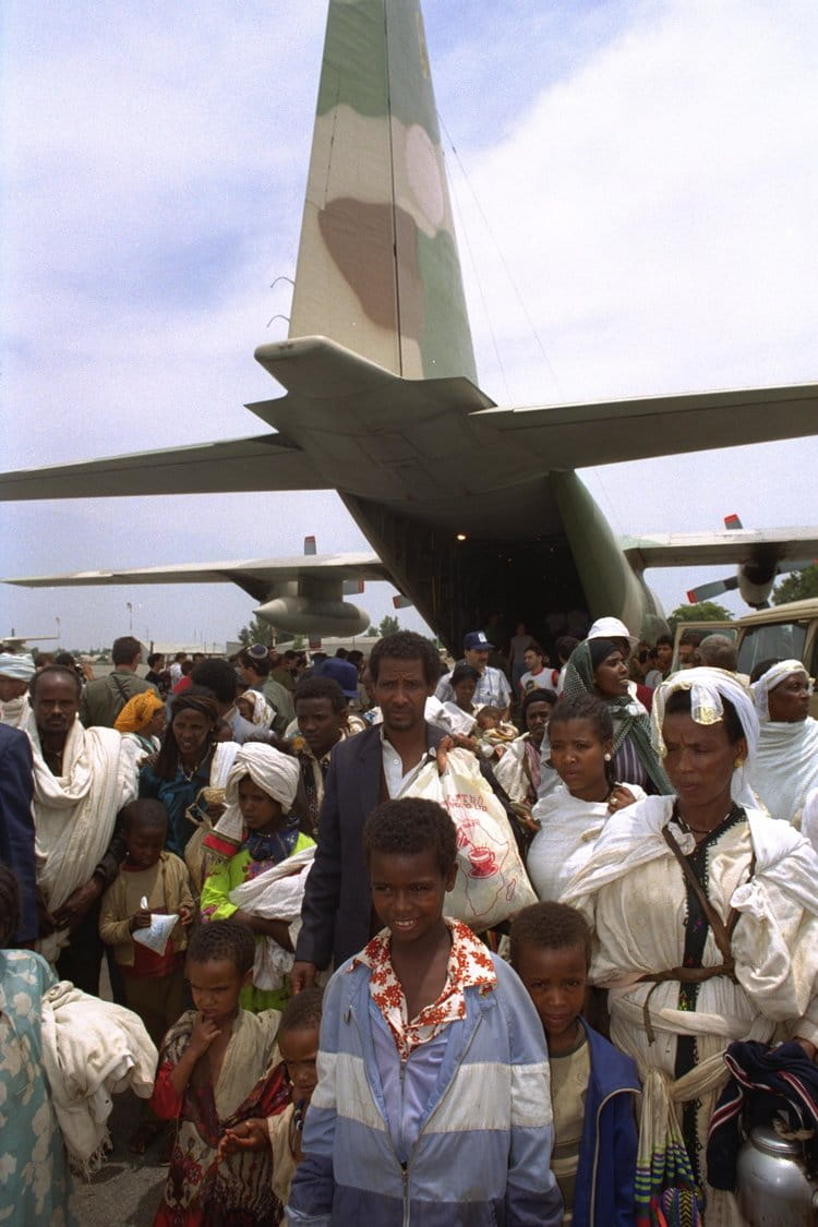 Operation Solomon: Line of Ethiopian immigrants streaming out of Israeli military aircraft, 1991 |  GOVERNMENT PRESS OFFICE