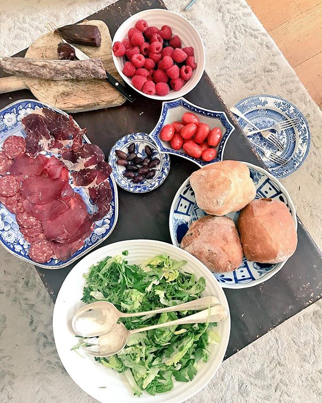Great working lunch shot here by @chloelabrit and @henrietta_foodlover_. 👌 . . . #charcuterie #countryfilelive #britishcharcuterie #blenhiempalace #britishcharcuterieawards #tomatoes #salami #bread #salad #workinglunch #lunchcharcuterieplate #food #london #instafood