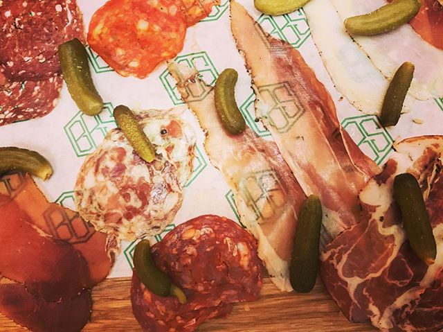 Excited to discover an all-British Charcuterie board at @beckfordbottles Featuring: 🐂 Armchair Spiced Salami, Smoked Collar, Spiced Loin, Air Dried Dairy Beef & King Peter Ham from @tempusfoods 🦌 Venison Salami from @greatglencharcuterie 🐖 Oak & Beech Smoked Chorizo from @suffolksalami 🐑 Lamb Merguez Salami from @trealyfarmcharcuterie