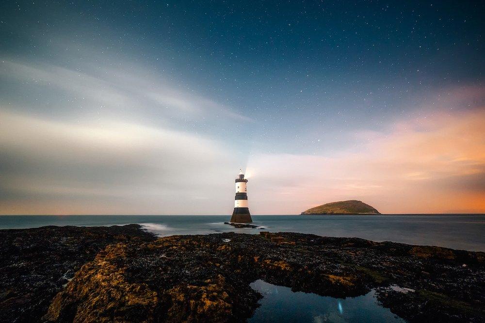 lighthouse-2225445_1920.jpg