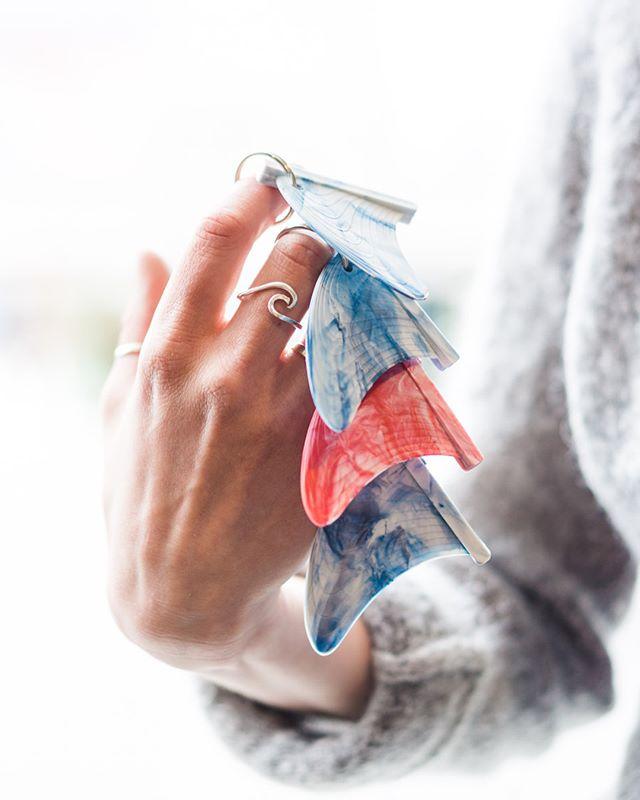 Husk at snusboksen også kan resirkuleres og derfor bør kastes sammen med all annen plast! Noen av disse nøkkelhankene er lagd kun av nettopp snusbokser♻️ Prosessen kan dere se i storyen vår!  These keychains are all made from recycled plastic. You can see the process in our story! ________________________________ #pek #preciousplastic #reusereducerecycle