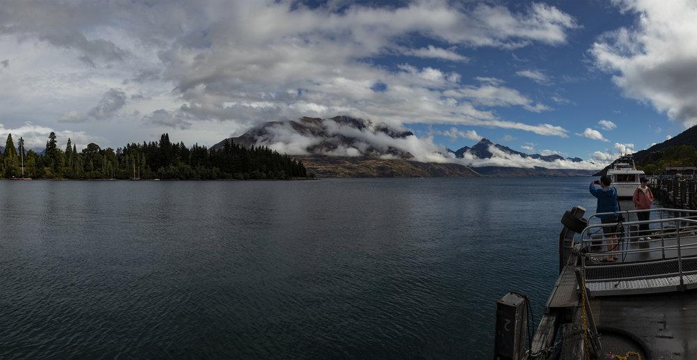 Kein Tourist kann dem Versuch widerstehen, das Panorama über Lake Wakatipu für Zuhause zu konservieren.
