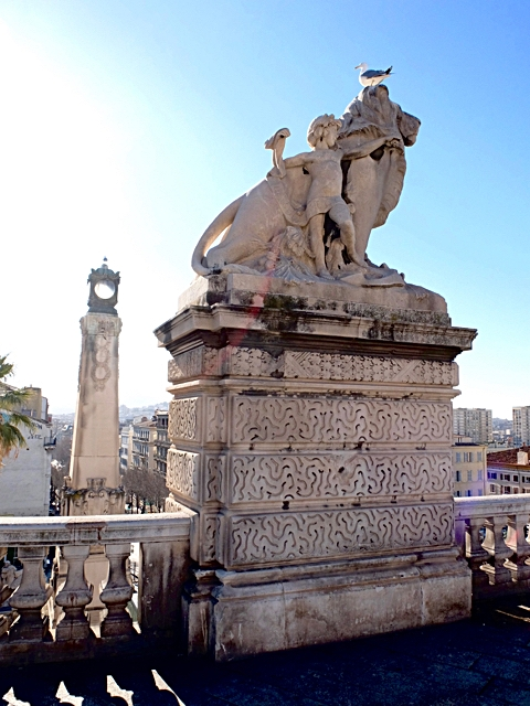 marseille-saint-charles-lion-statue