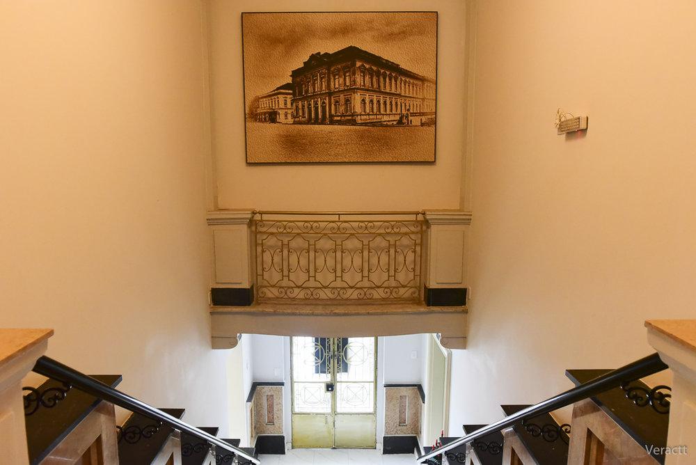 A escadaria da casa construída nos anos 1920: reforma preservou atributos originais do prédio (Fotos de Vera Carlotto/Divulgação Hotel Praça da Matriz)