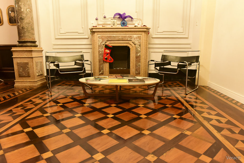 Piso de parquet restaurado, cadeiras Wassily (modelo premiado na Alemanha em 1927) e mesa de design contemporâneo no salão principal