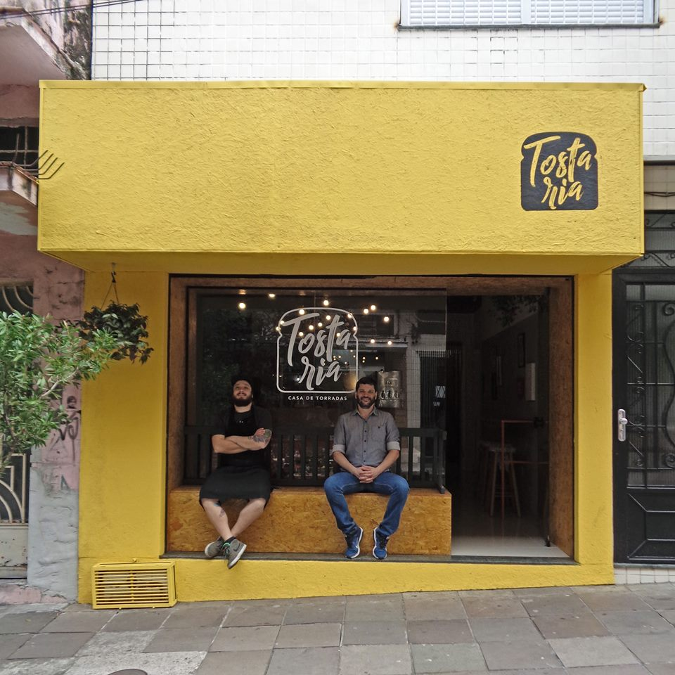 Felipe e Daniel: parceiros da lanchonete aberta no Centro Histórico da capital gaúcha (Foto/Divulgação).