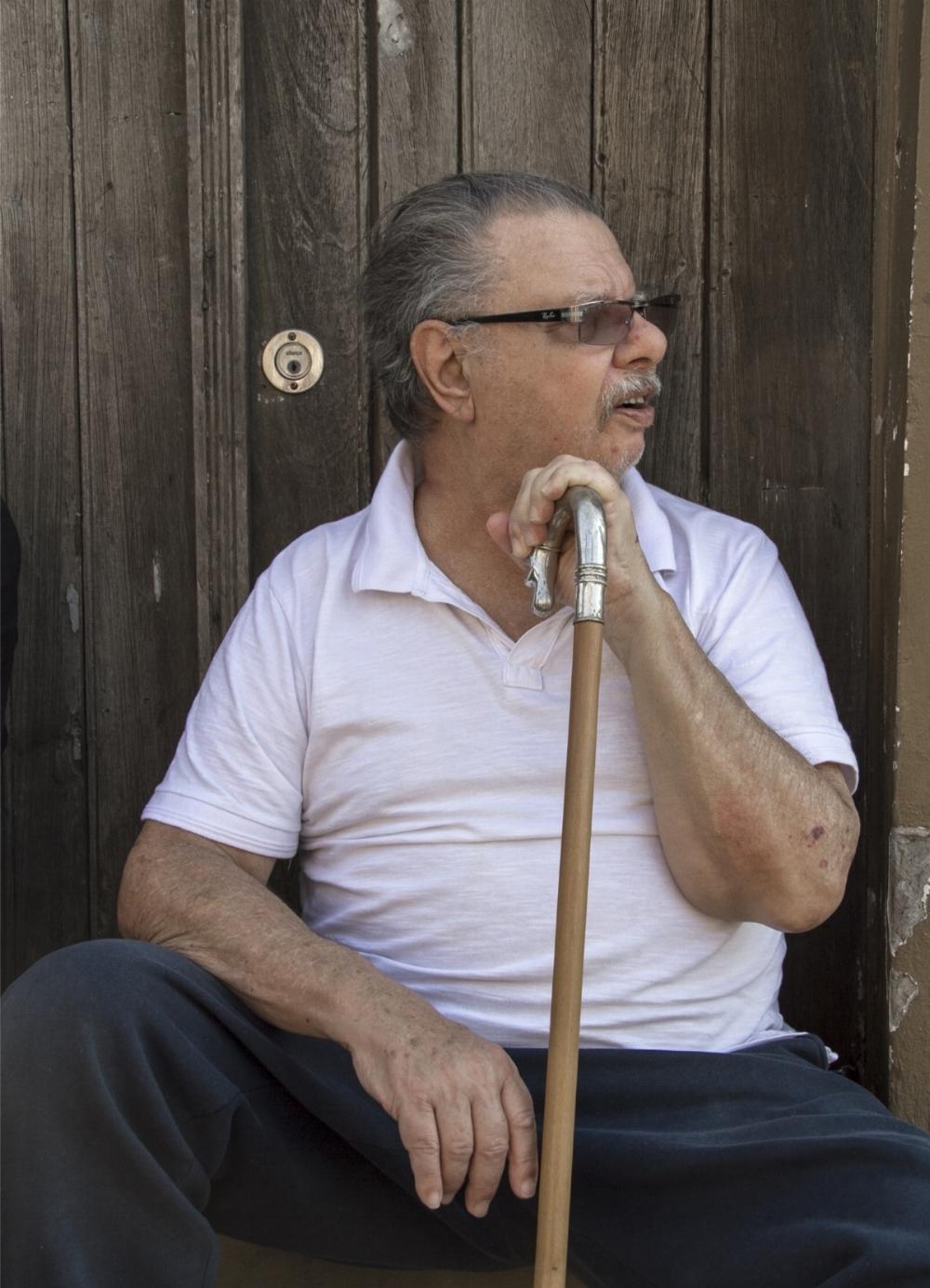 Sentado junto à porta da casa que abrigou durante 70 anos o Bazar Florida, de propriedade da família Traunetti, hoje ocupada pelo Antique Bar & Restaurante