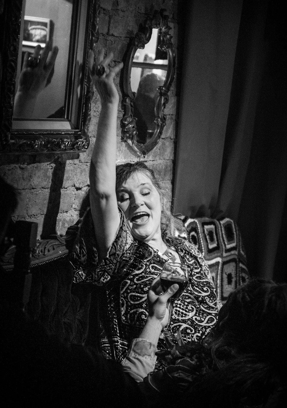 Em cena de  In Cantus de Hilda Hilst  no  Von Teese – High Tea & Cocktail Bar (Foto de Luciana Pires Ferreira/Divulgação)