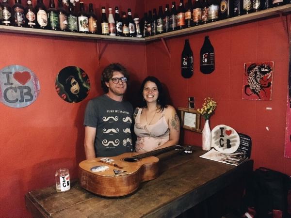 Alemão e Letícia: casal criou um bar para conviver com amigos que amam a Cidade Baixa