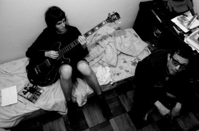 Kim e Edu no estúdio improvisado no quarto (Fotos/Acervo pessoal)