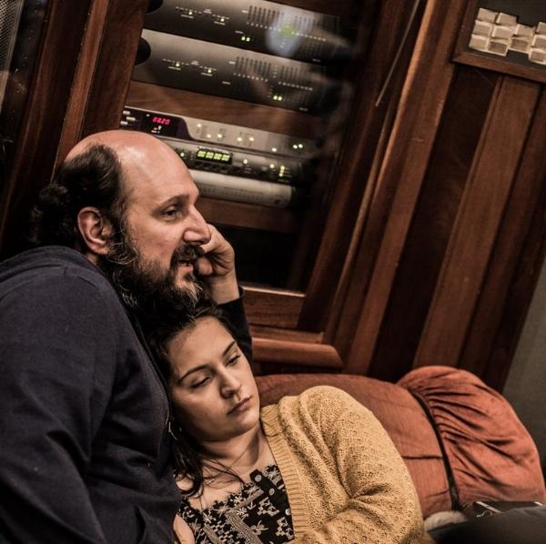 Pai e filha em pausa para descanso e aconchego no estúdio (Foto Luan Cardoso/Divulgação)