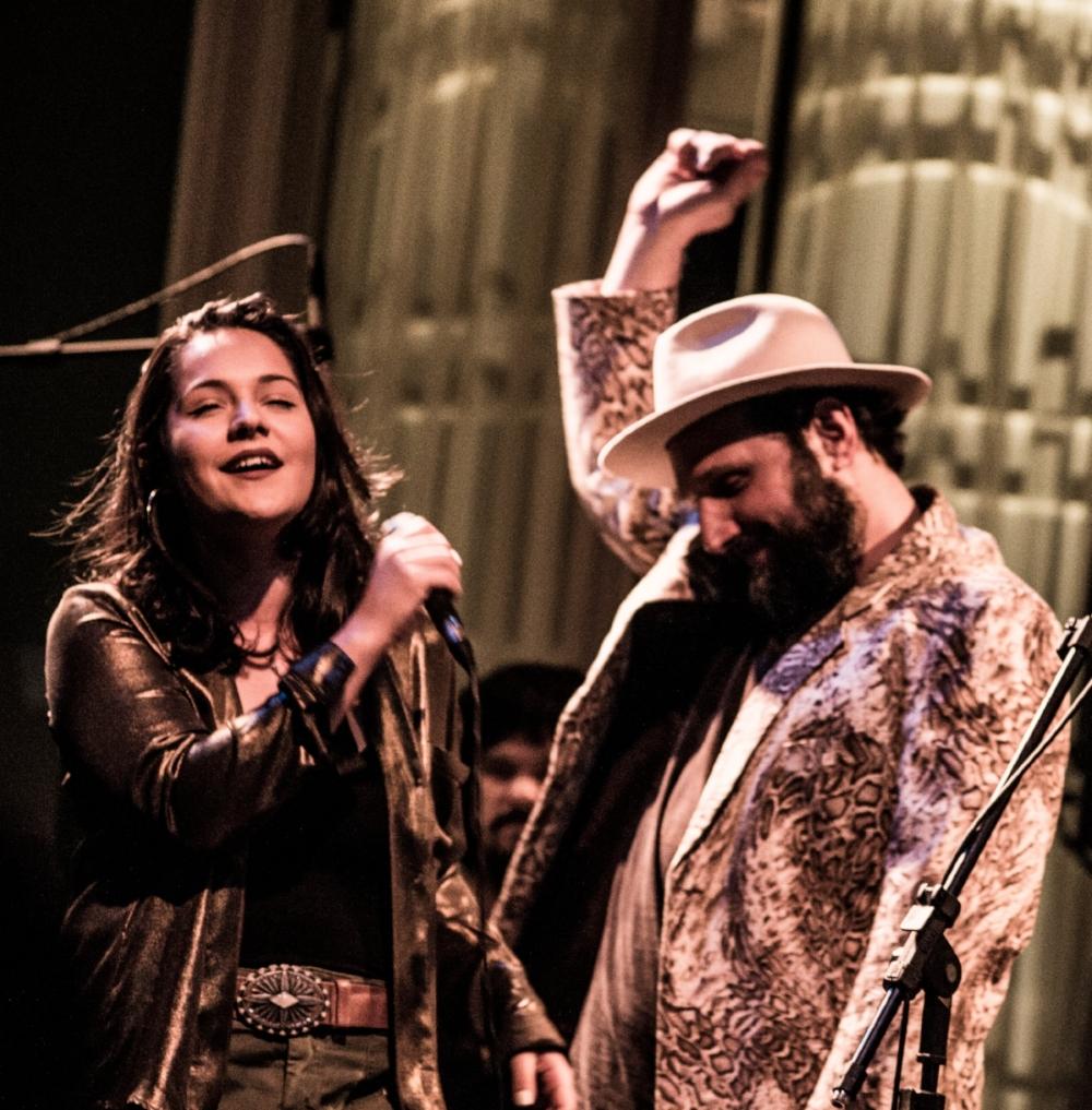 Maria Antônia e Arthur de Faria juntos no palco, com a Orkestra do Kaos (Foto Luan Cardoso/Divulgação)