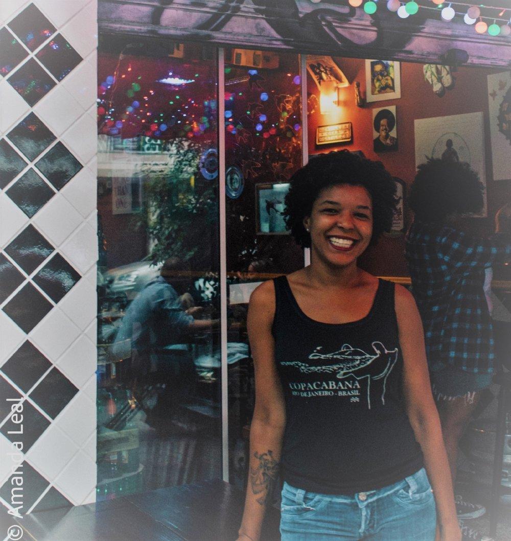 Joicy Gama, a dona do bar: atendimento eficiente com um sorriso no rosto (Fotos Amanda Leal)