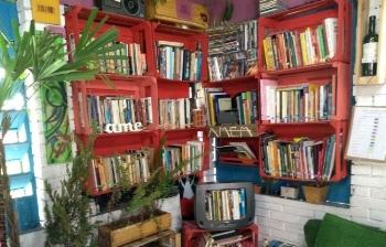 Agora, a biblioteca tem um cantinho com estante na casa