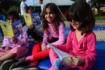 As crianças participam de atividades de leitura ao ar livre