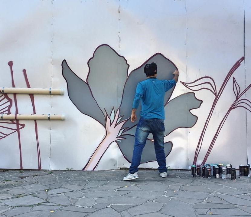 Jotapê Pax desenha grafite no tapume da obra do empreendimento  Amélia 139  (Foto/Divulgação)