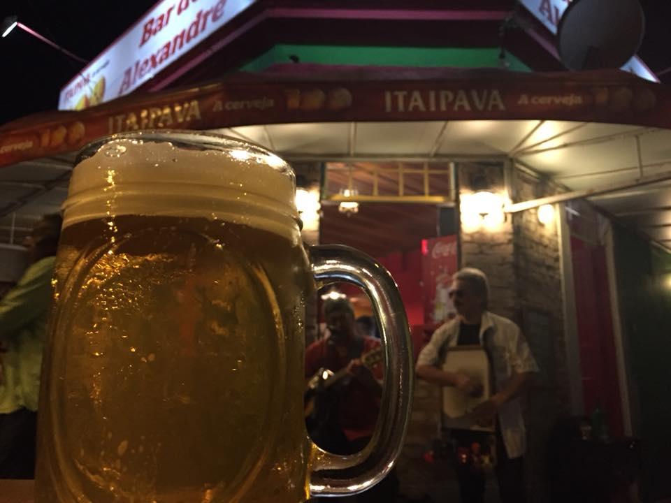O roqueiro Júlio Reny, ao fundo, se apresentando em frente ao bar (Foto Arquivo Pessoal/José Antonio Lamb)