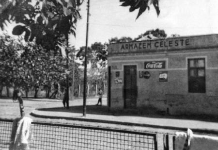 Em 1957, a esquina alojava um armazém (Foto cedida por Cláudio Espolaoro, descendente dos proprietários, para o jornalista Nico Noronha)