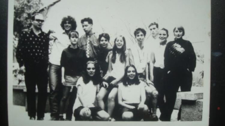 Nelsinho (cabeludo, de pé, com camisa branca) e elenco de  Mugnog , em 1984 – Jimi Joe (de óculos escuros), Edu K (de gravata) e Biba Meira (de franjinha, entre Nelson e Edu)