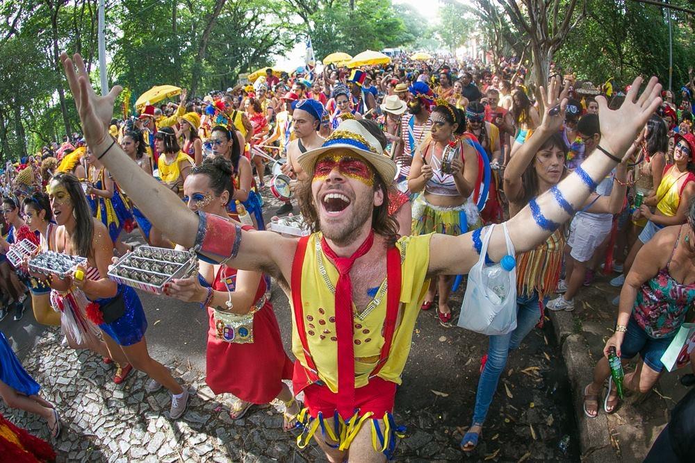 Bloco da Laje na Vila IAPI no carnaval de 2018: espaço para crítica social e celebração do prazer (Fotos de Guilherme Santos/Divulgação)