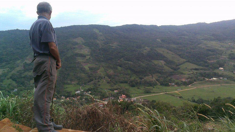 Joaquim, filho mais velho de Zeca, observa o vale do alto da plantação de cana de açúcar que abastece a produção da cachaça (Foto Jaxom Moore/Divulgação)