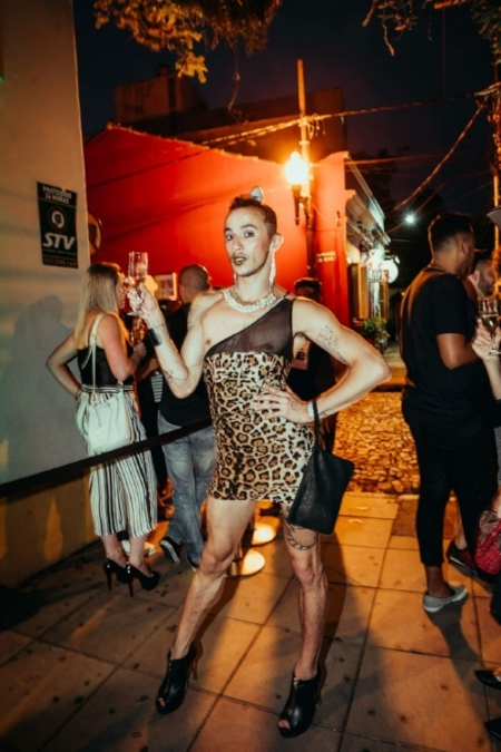 O bailarino Andrew Tassinari na calçada em frente ao Venezianos (Foto/Divulgação)