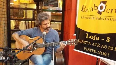 Livraria continuará cedendo espaço para músicos como Duda Sperb