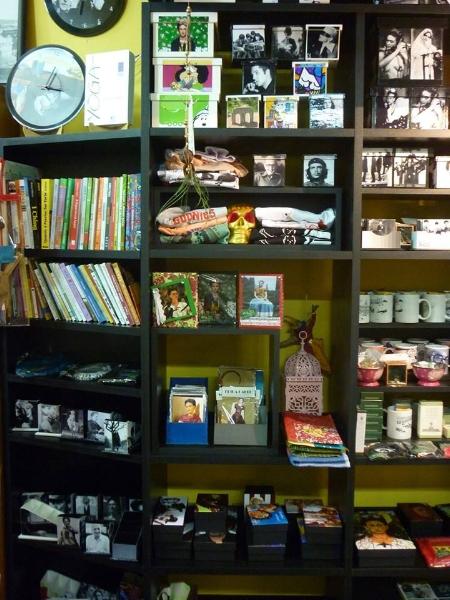 As estantes da Bamboletras expõem acessórios temáticos ligados à literatura