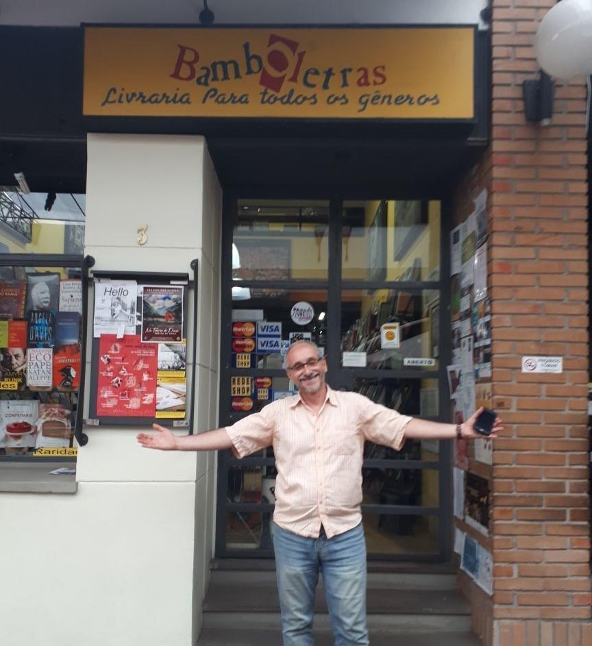 O jornalista Milton Ribeiro assume a administração da livraria situada no Centro Comercial Olaria, na Cidade Baixa (Foto/Bárbara Ribeiro)