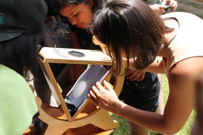 Oficina de ciências ao ar livre: garotas botam a mão na massa em atividades que estimulam habilidades