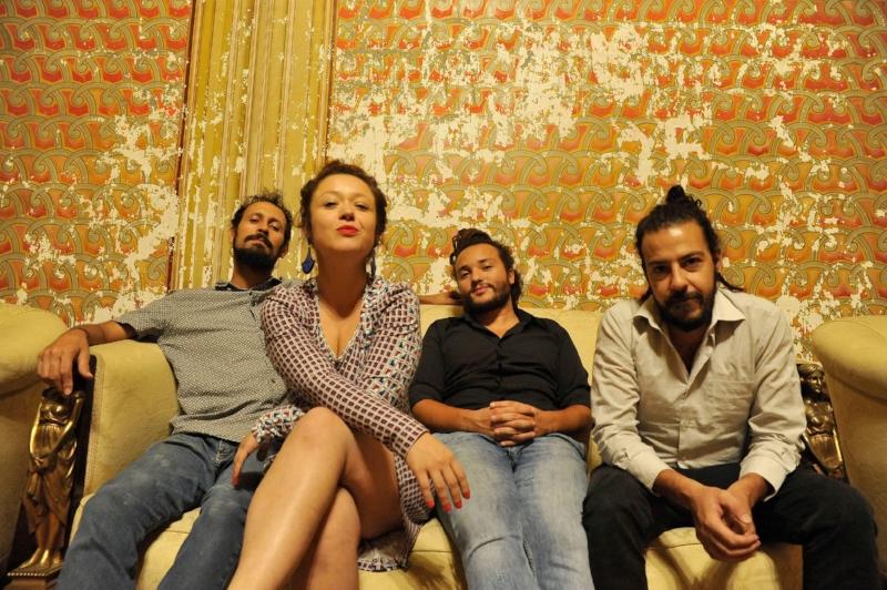 Com a banda que a acompanha há oito anos: (da esq. para a dir.)Duda Cunha, Filipe Narcizo e Andrei Corrêa (Foto Vilmar Carvalho)