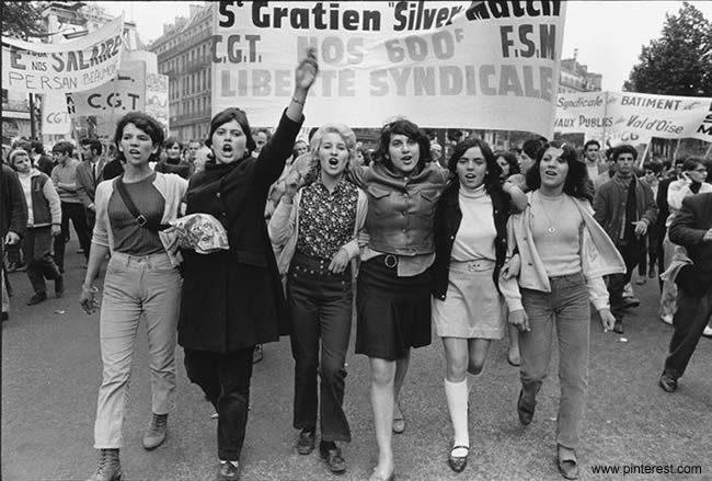 Mulheres participam dos protestos em igualdade de condições com os homens na capital francesa