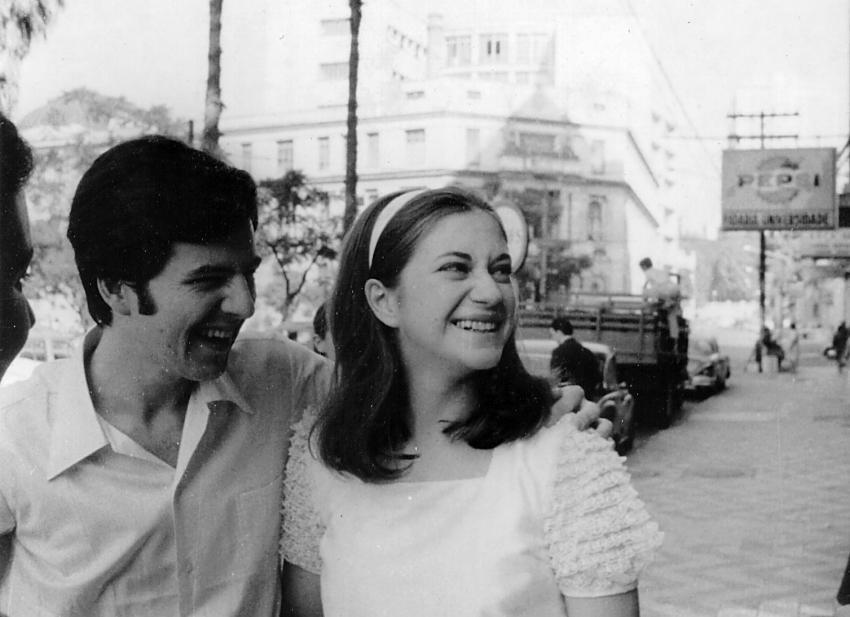 Luiz Eurico, irmão de Nei Lisboa, com Suzana em frente ao cartório em que se casaram, localizado junto aos bares da Esquina Maldita, reduto boêmio da juventude porto-alegrense na década de 1960 (Acervo pessoal com reprodução de Tânia Meinerz)