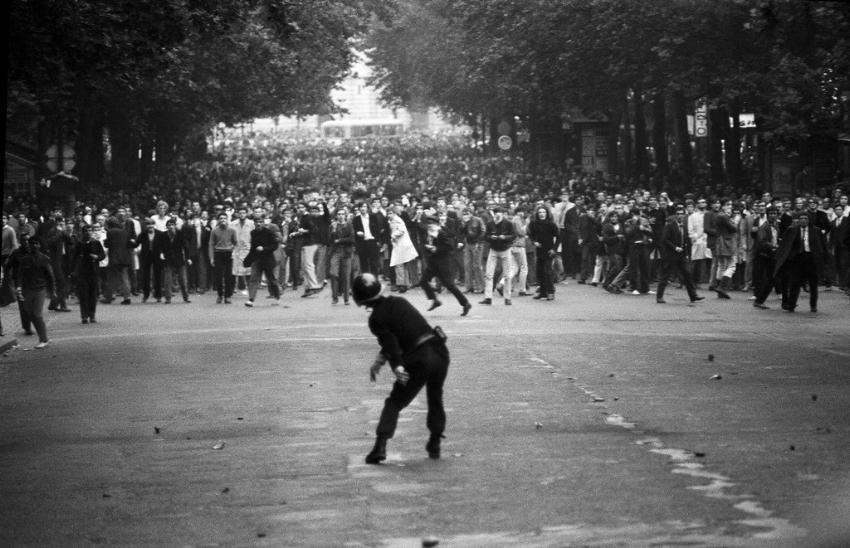 Rua de Paris tomada por manifestantes em maio de 1968
