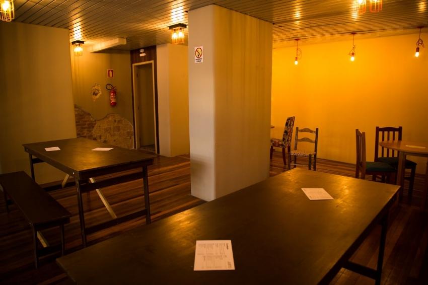No mezanino, o espaço de   coworking  reserva mesas para reuniões em grupo