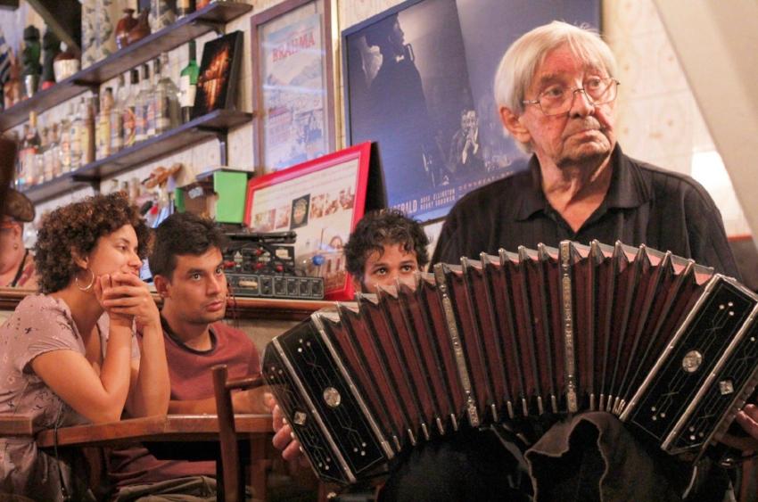 O bandoneonista Rafael Koller, de 85 anos, que tocou nos cabarés da Voluntários da Pátria nos anos 1950, se apresenta às terças no Odeon