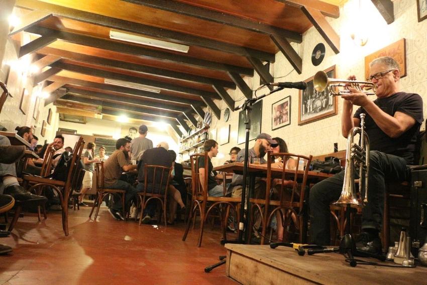 As noites de jazz, às sextas-feiras, contam com a participação de artistas convidados, como o trompetista Luiz Fernando Rocha