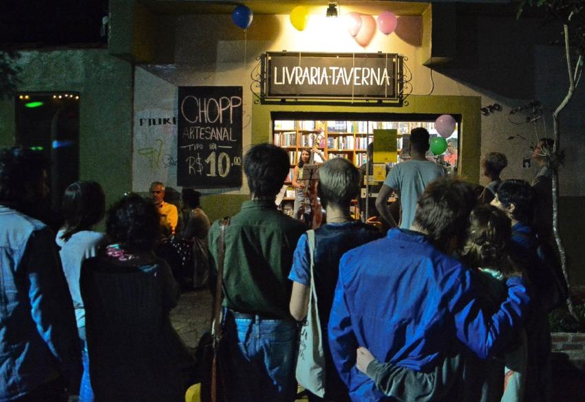 Em noites de shows musicais, saraus, rodas de conversa ou lançamentos de livros, a Taverna fica aberta até mais tarde (Foto/Divulgação)