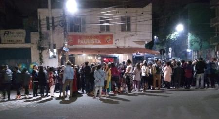Público na calçada em frente ao Boteco do Paulista numa noite de sexta-feira