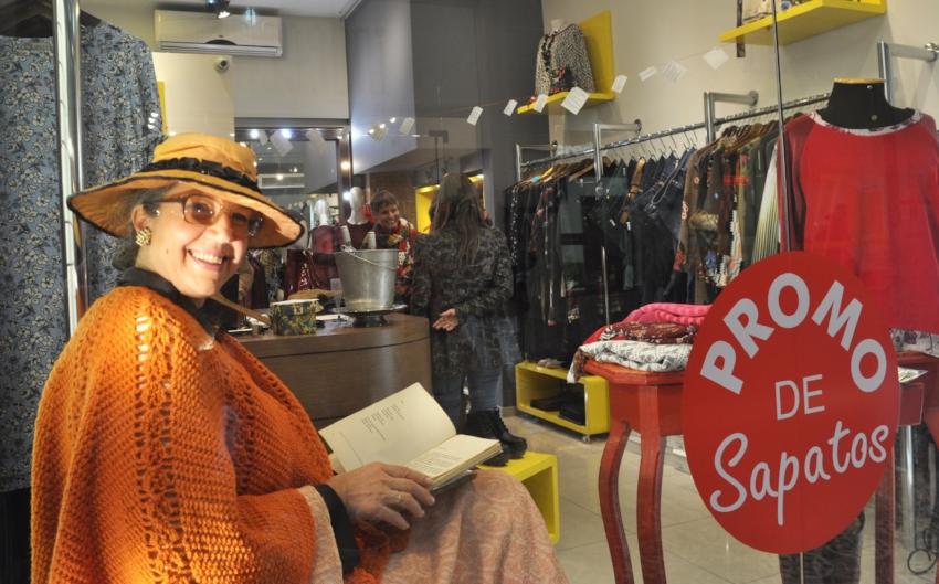 A atriz Carmen Henke faz a leitura de poemas de Mario Quintana em sarau regado a espumante na Profana da Galeria Chaves (Foto Ricardo Stricher)