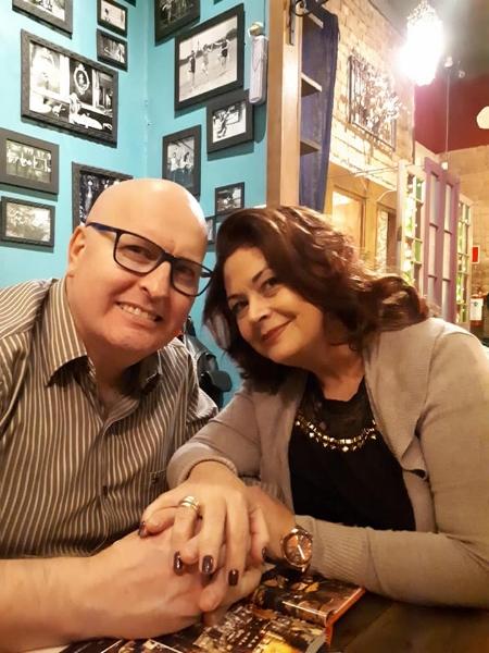 Com Cláudia, a cliente que se transformou em esposa (Foto/Acervo Pessoal)