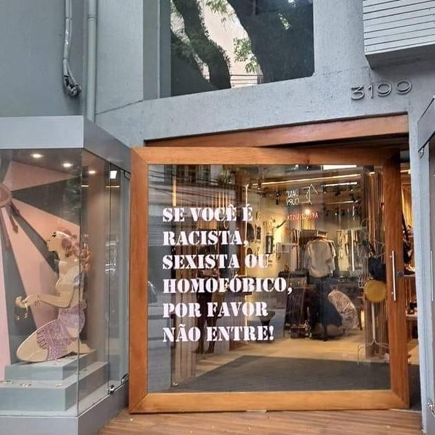 """Porta de loja situada nos Jardins, em SP: """"Queremos deixar claro que não há espaço para pessoas intolerantes"""""""